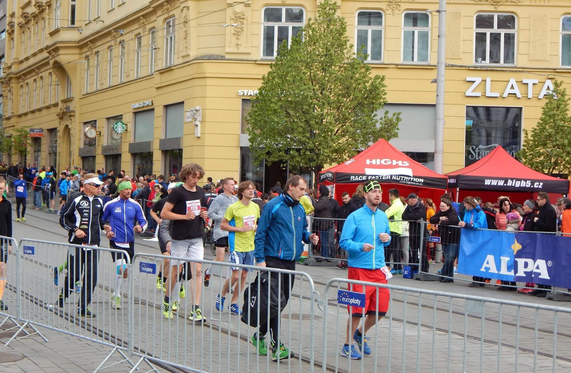 Běžci se připravovali na závod už půl hodiny před startem Foto: Adam Lukůvka