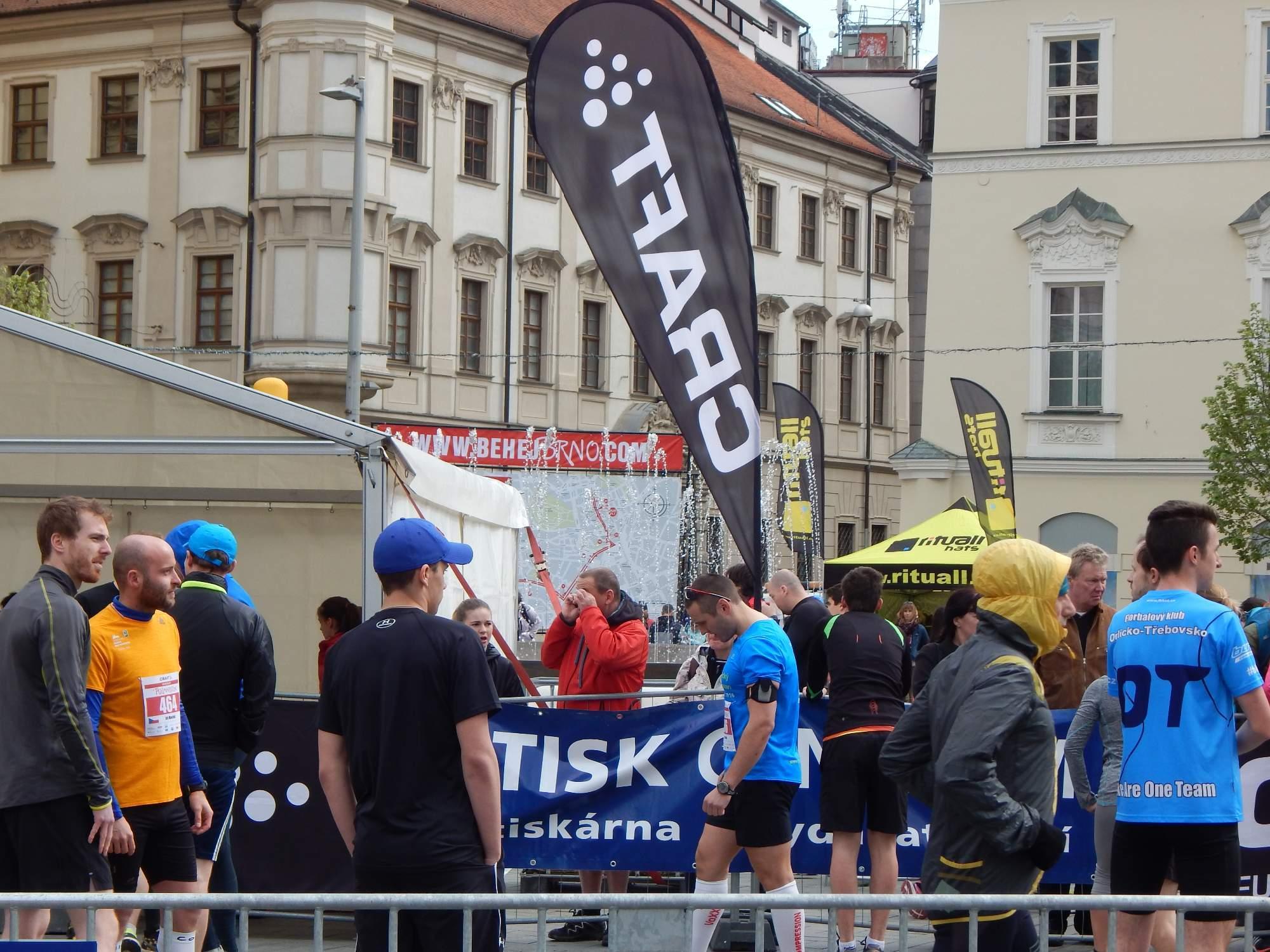 Počasí bylo proměnlivé a sportovci nevěděli, jak se na trať správně obléct Foto: Adam Lukůvka