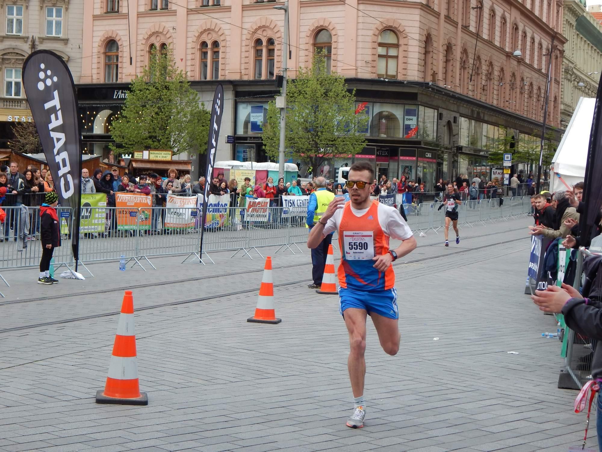Radek Ambrož probíhá jako druhý cílem v závodě na deset kilometrů Foto: Adam Lukůvka