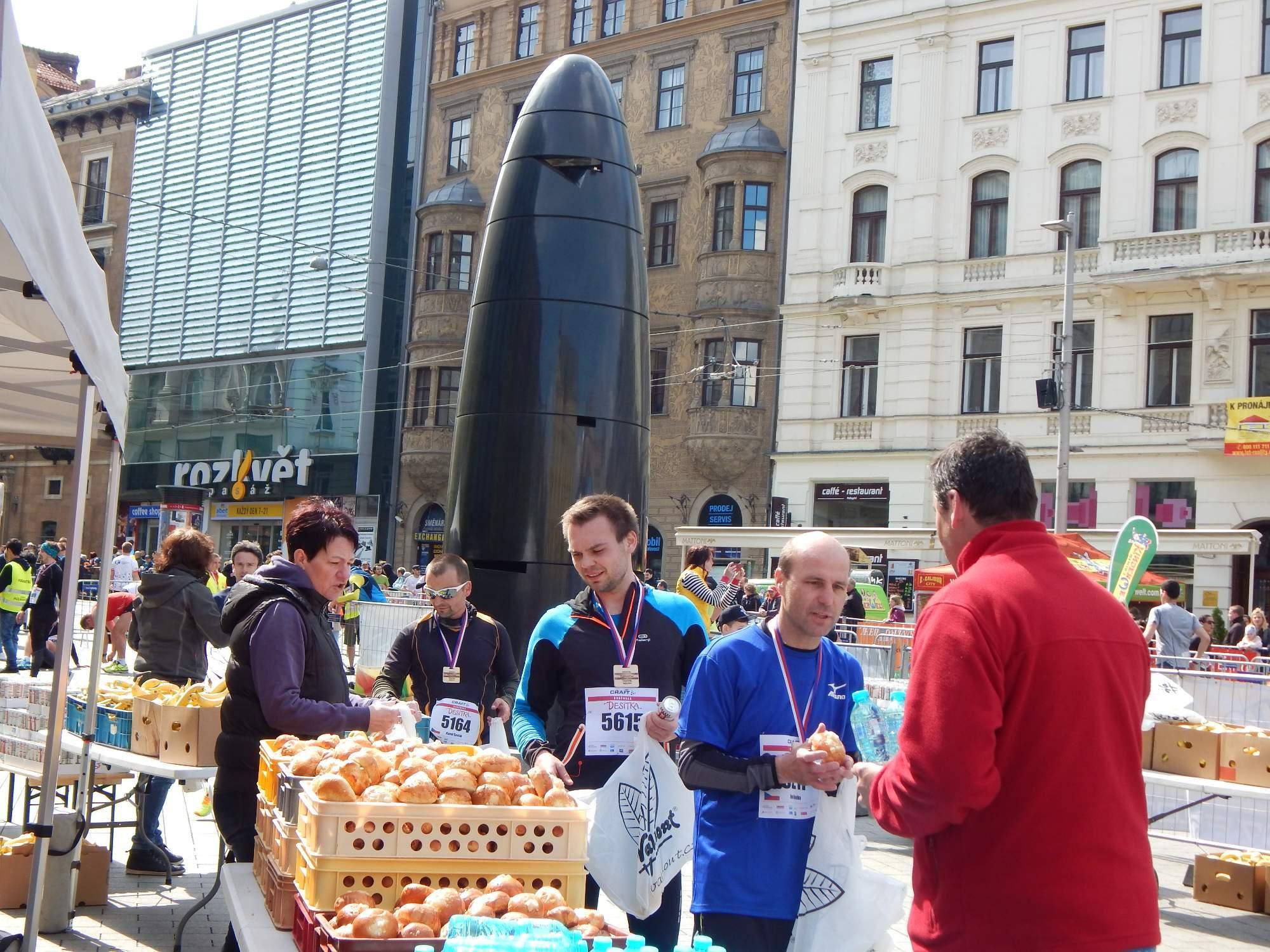 V cíli mohli běžci doplnit síly z energetických nápojů a koláčů Foto: Adam Lukůvka