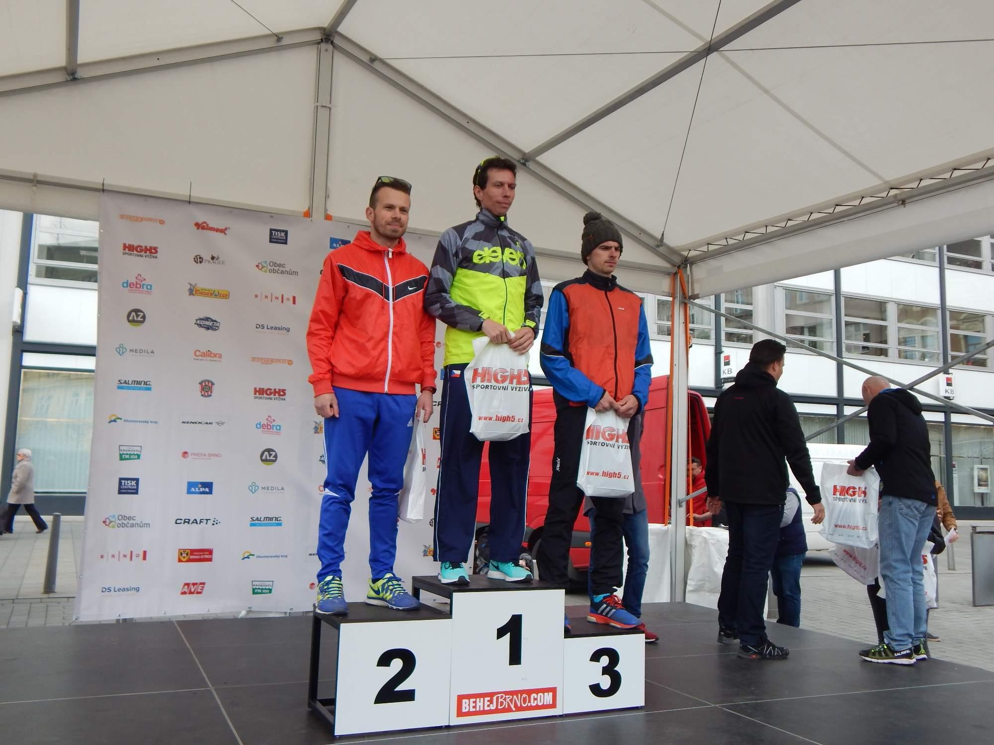Tři nejrychlejší muži závodu na deset kilometrů obdrželi ceny Foto: Adam Lukůvka