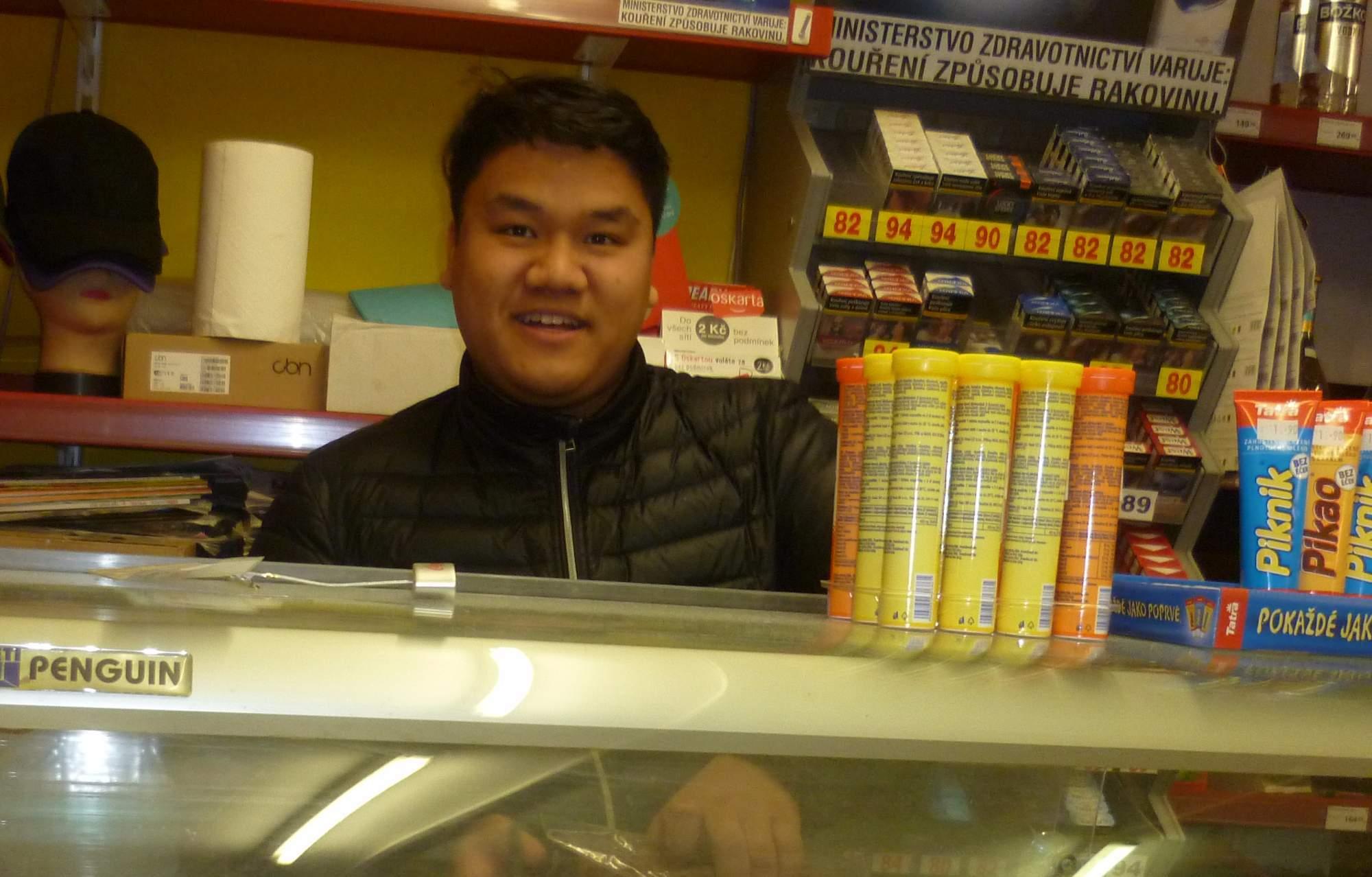 Ve své samoobsluze stráví Tuan Dao Tien většinu svého času Foto: Adam Lukůvka
