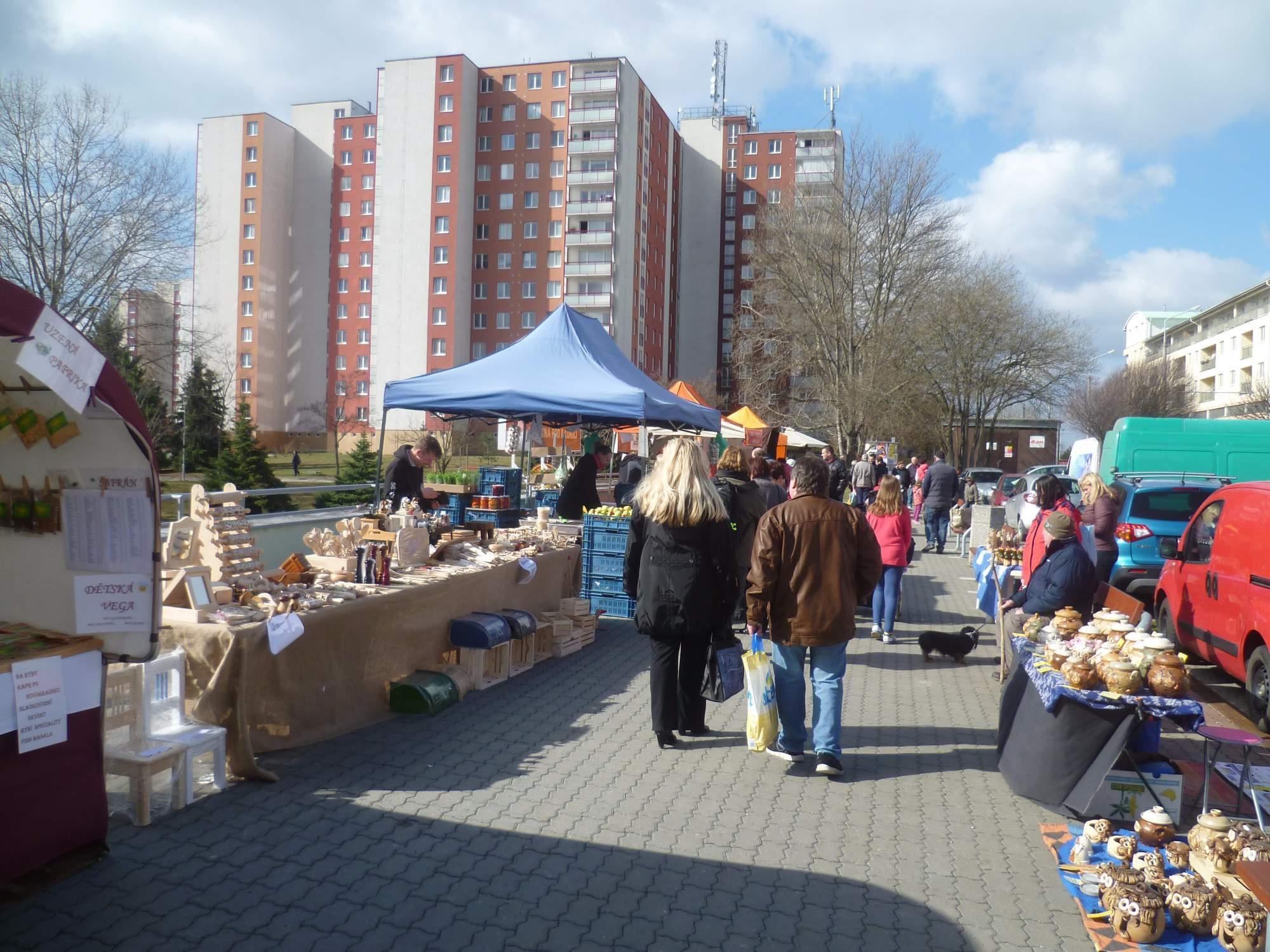 Lidé si na farmářských trzích mohou koupit i řemeslné výrobky. Foto: Adam Lukůvka
