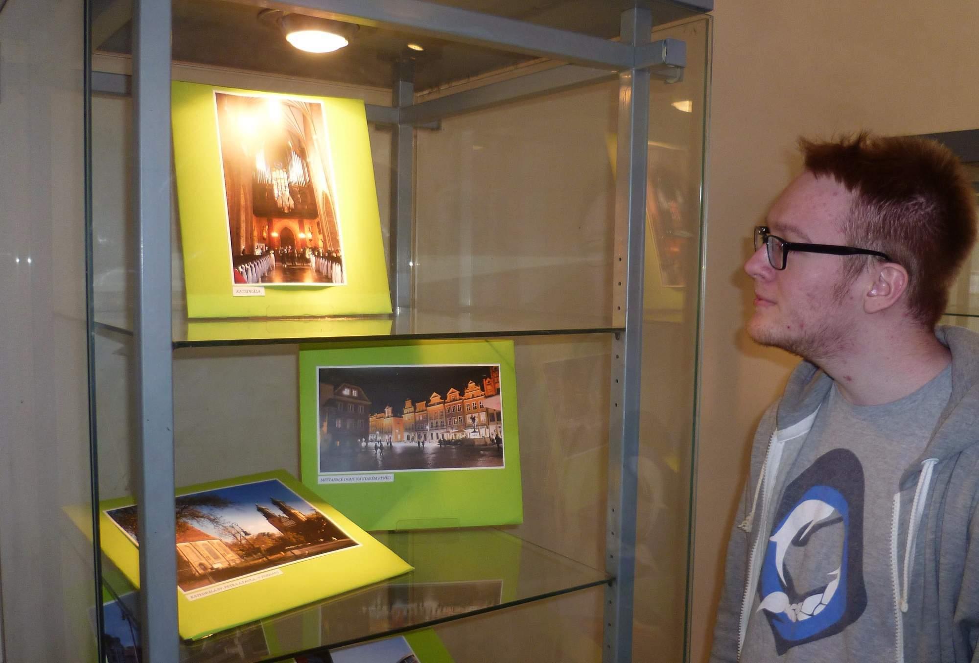 Lidé si mohou prohlédnout i fotky z partnerské Poznaně. Foto: Adam Lukůvka