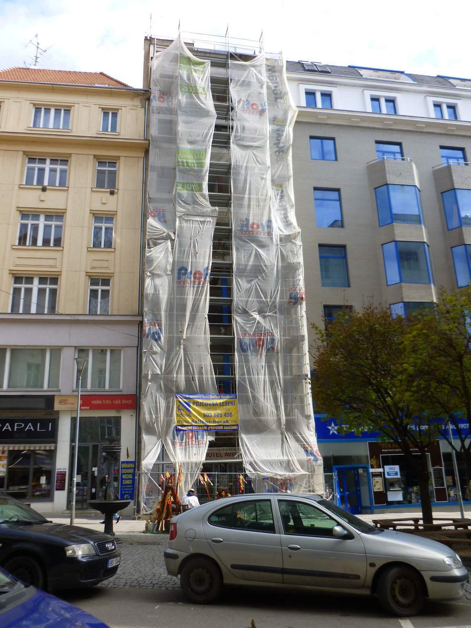 Kolem hotelu postavili dělníci lešení a pracují na jeho obnově. Foto: Kristýna Hortvíková