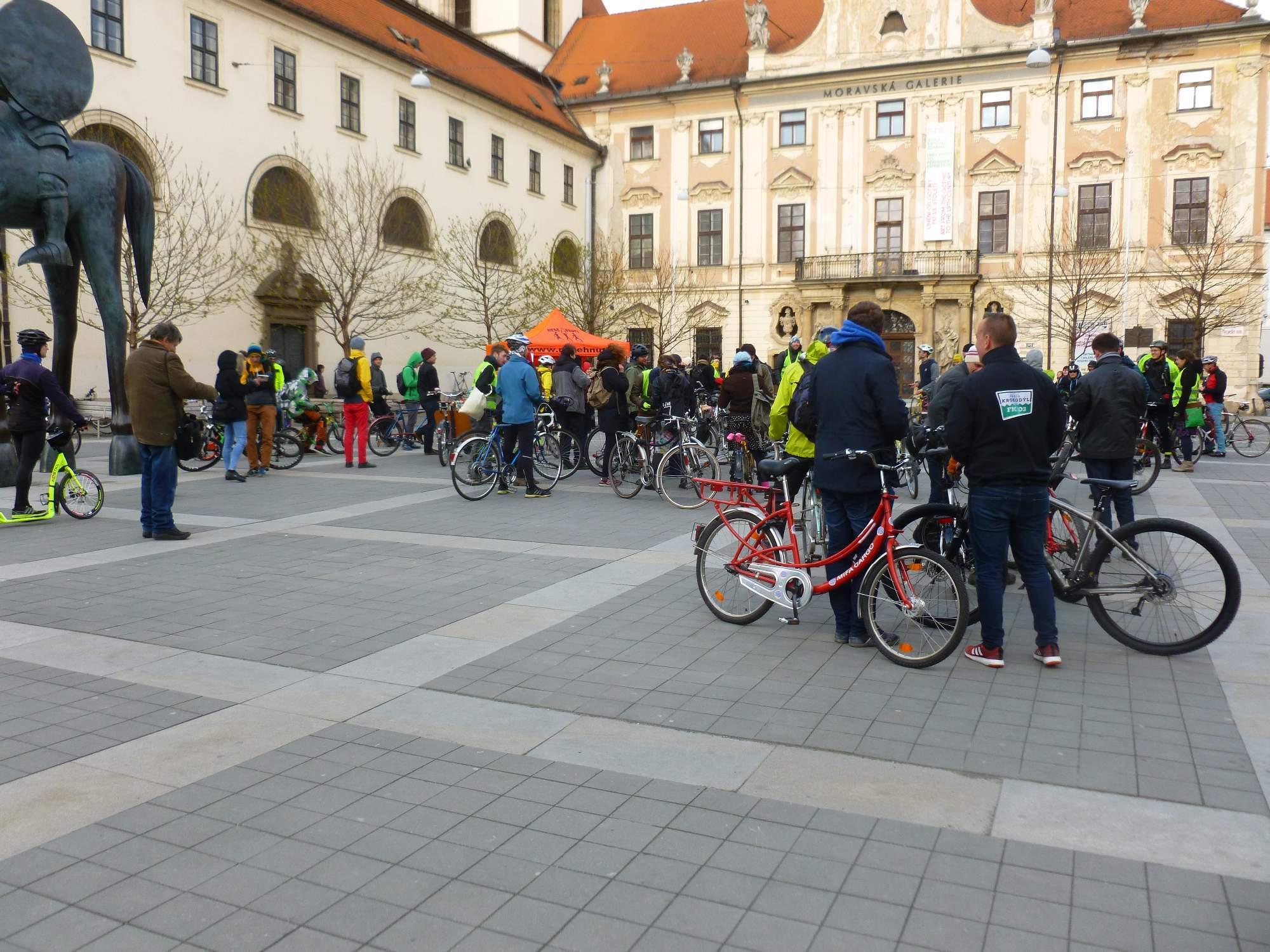 Cyklisté se sešli na Moravském náměstí v rámci Velké jarní cyklojízdy. Foto: Kristýna Hortvíková