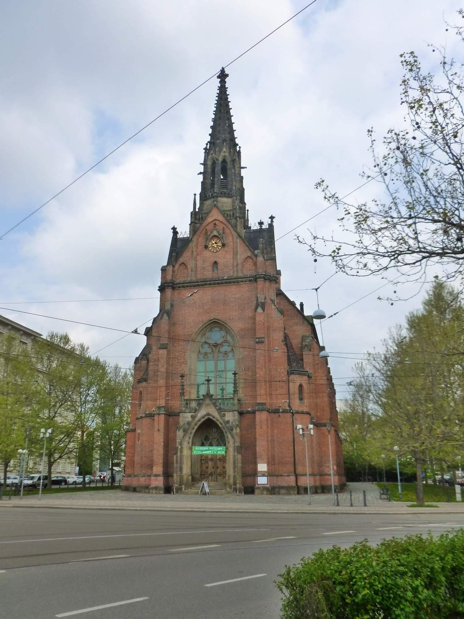 Prohlídka pokračovala k Červenému kostelu, který si nechali postavit němečtí evangelíci a byl otevřen roku 1868. Foto: Kristýna Hortvíková