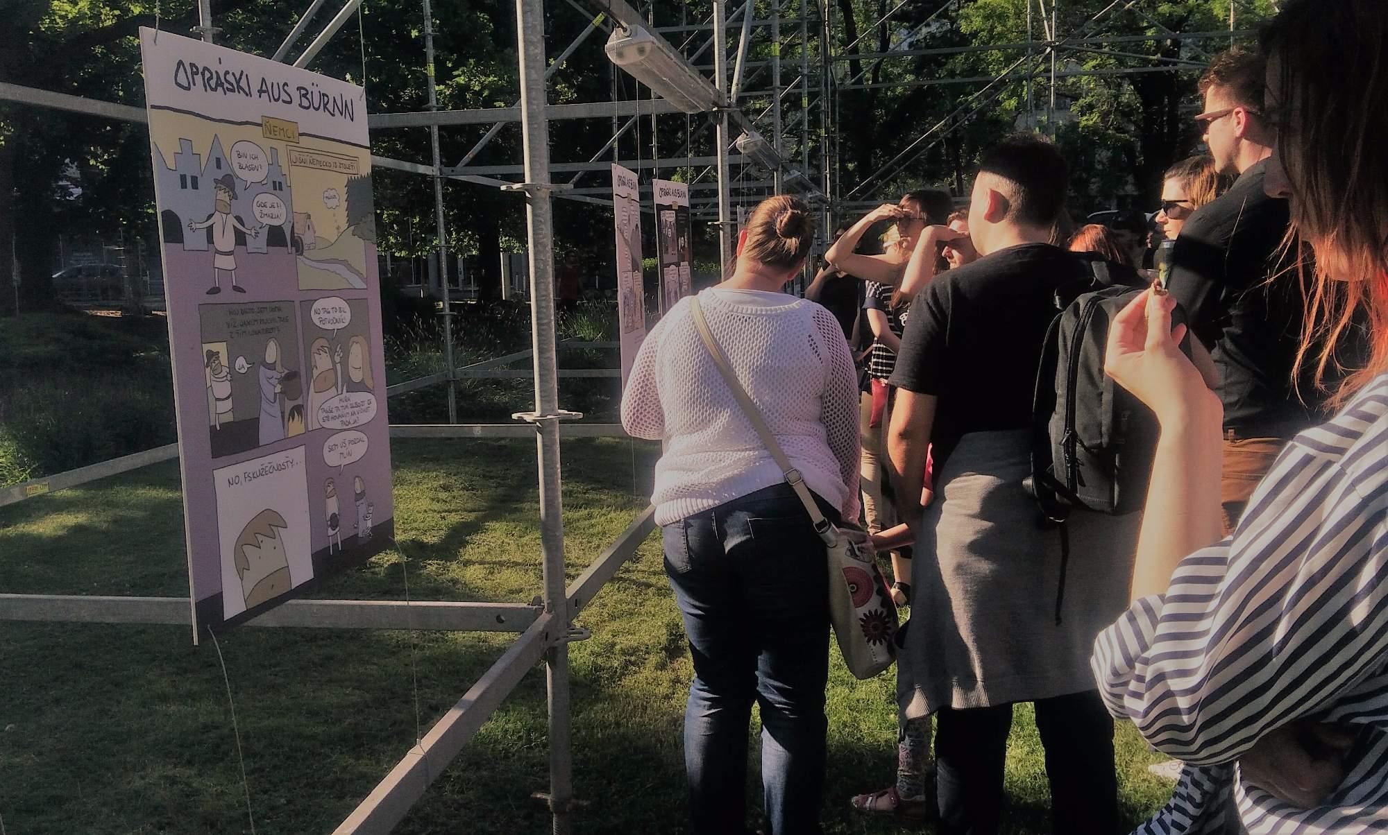 Návštěvníci výstavy si prohlíží nové komiksy z dílny Jaze. Foto: Kristýna Kucharčíková
