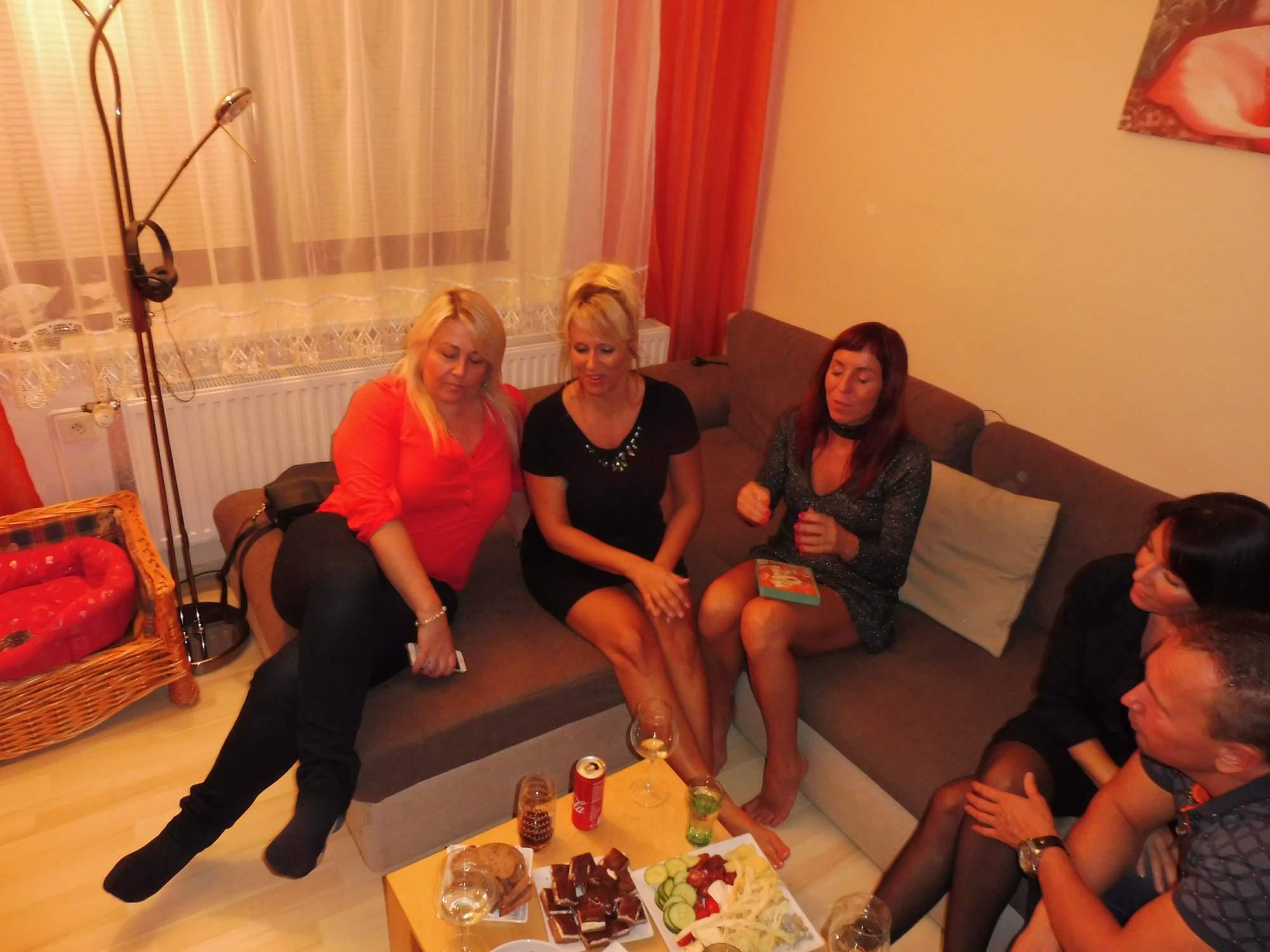 http://img25.rajce.idnes.cz/d2501/14/14634/14634235_b00598d2425854f4d08a31e2093f7272/images/Jana_43_let_,s_prateli_099.jpg