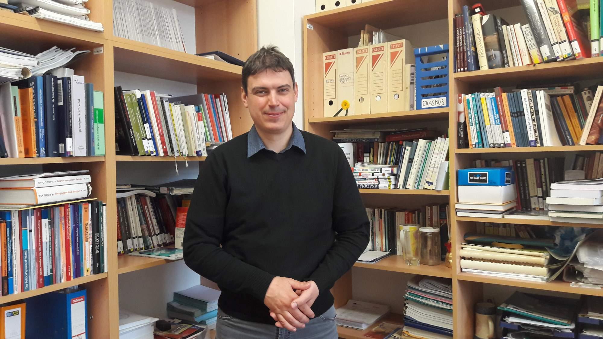 Politolog z brněnské Fakulty sociálních studií Michal Pink komentoval současné politické dění ve Francii. / Autor: Tereza Hálová