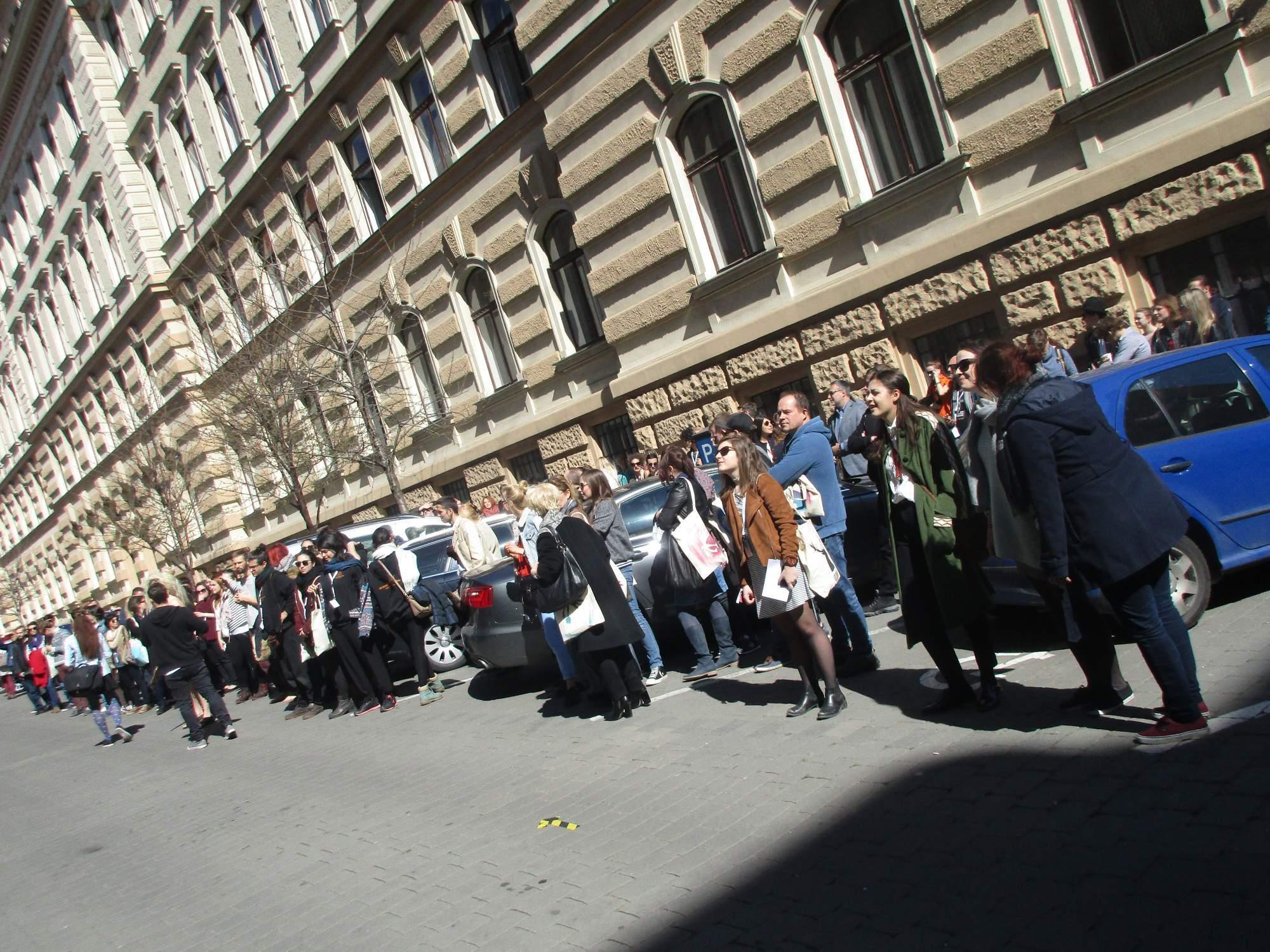 Hosté festivalu se v úterý 28. dubna sešli před Divadelní fakultou Janáčkovy akademie múzických umění. Festival zahájili průvodem. Foto: Dominika Sladká