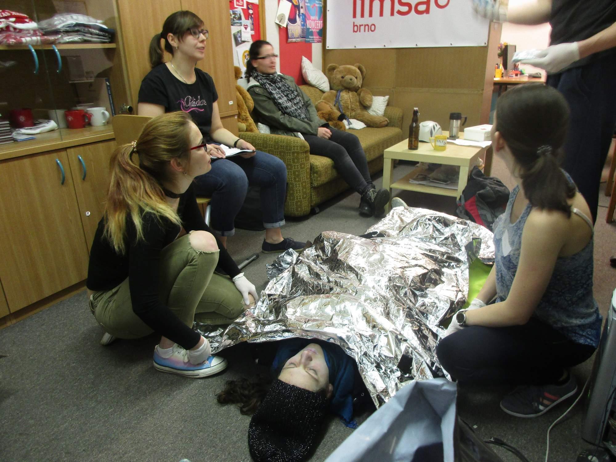 Studenti medicíny si mohli vyzkoušet znalosti první pomoci v praxi. Foto: Dominika Sladká.