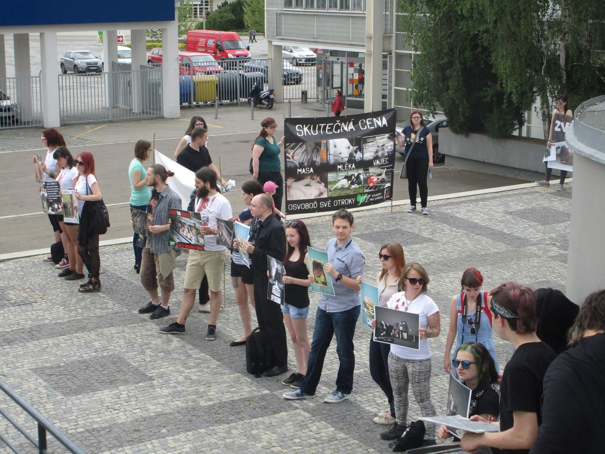 Lidé dali najevo nesouhlas tichým prostestem. Foto: Dominika Sladká.