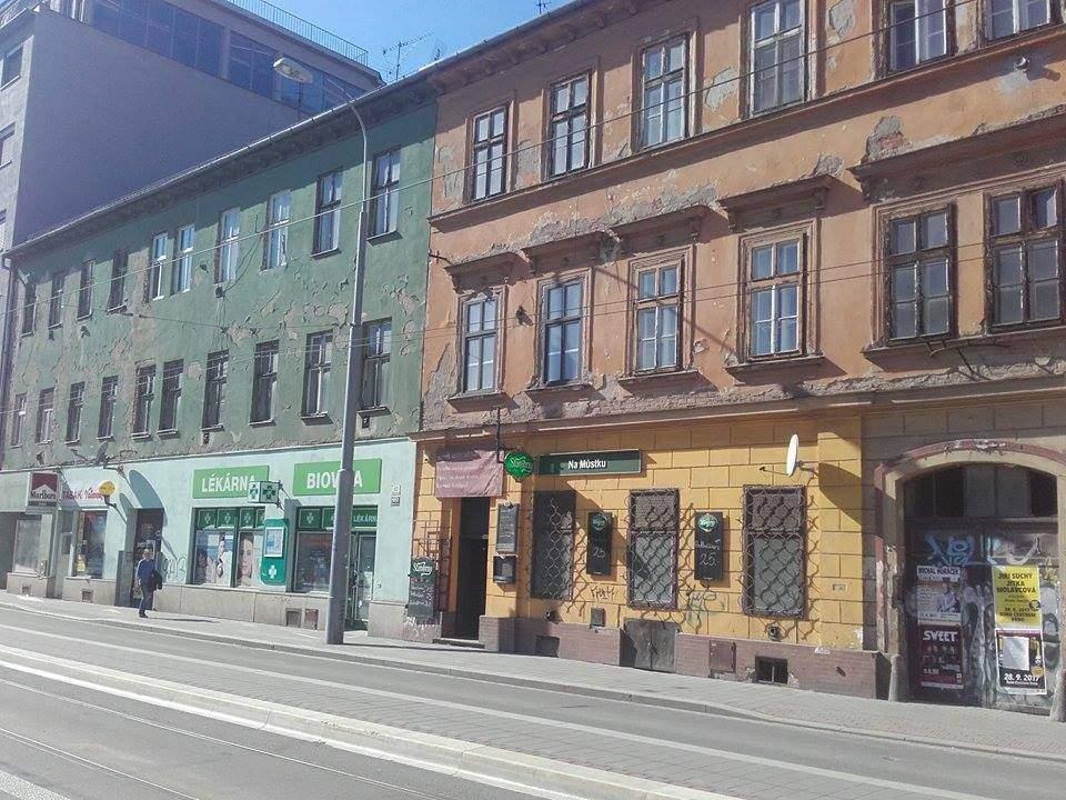 Z těchto dvou budov chce město vybudovat pečovatelské domy. Autor: Jan Navrátil