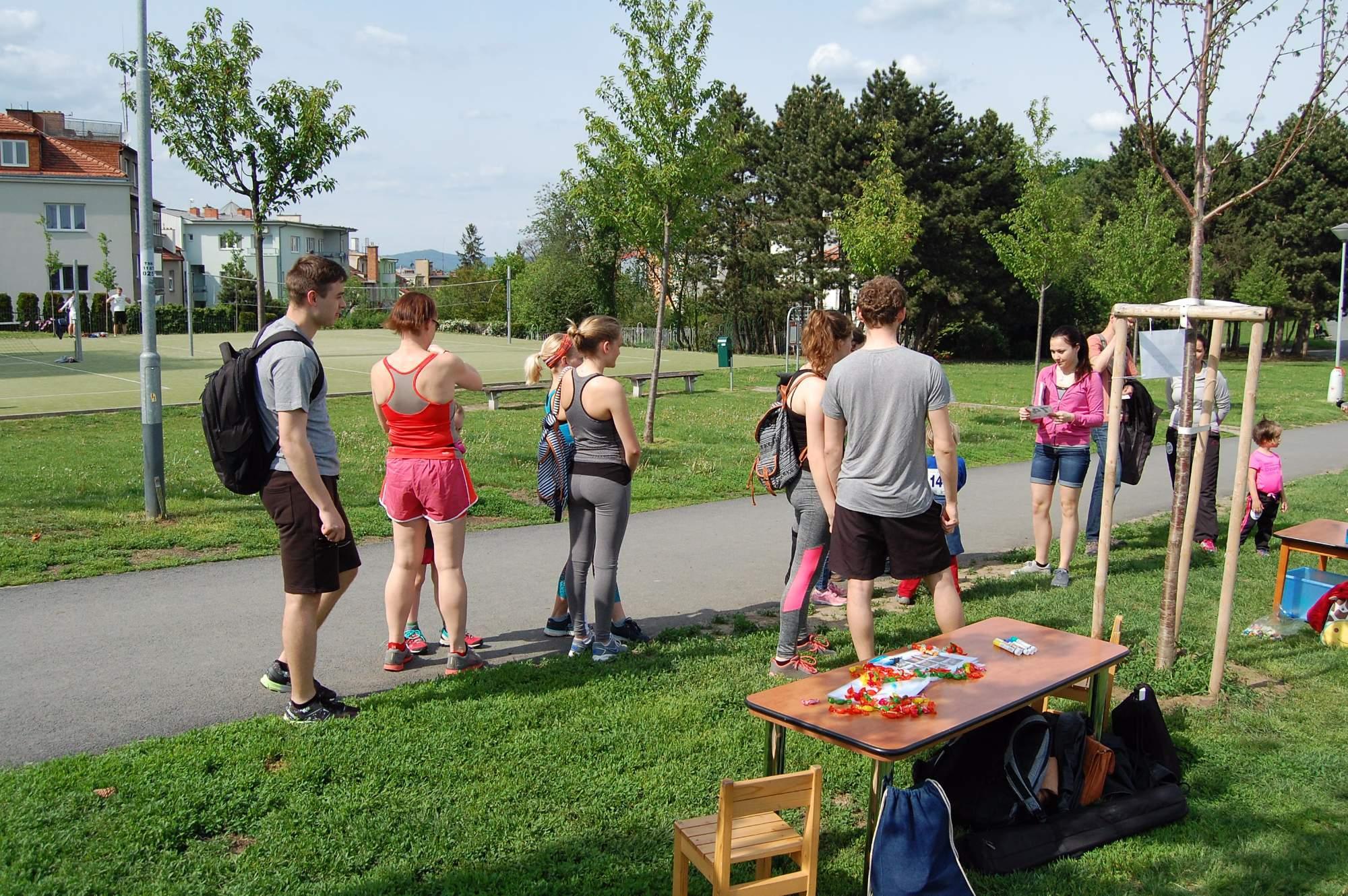 Lidé se registrují k běhu Run and help.Foto: Jan Navrátil.