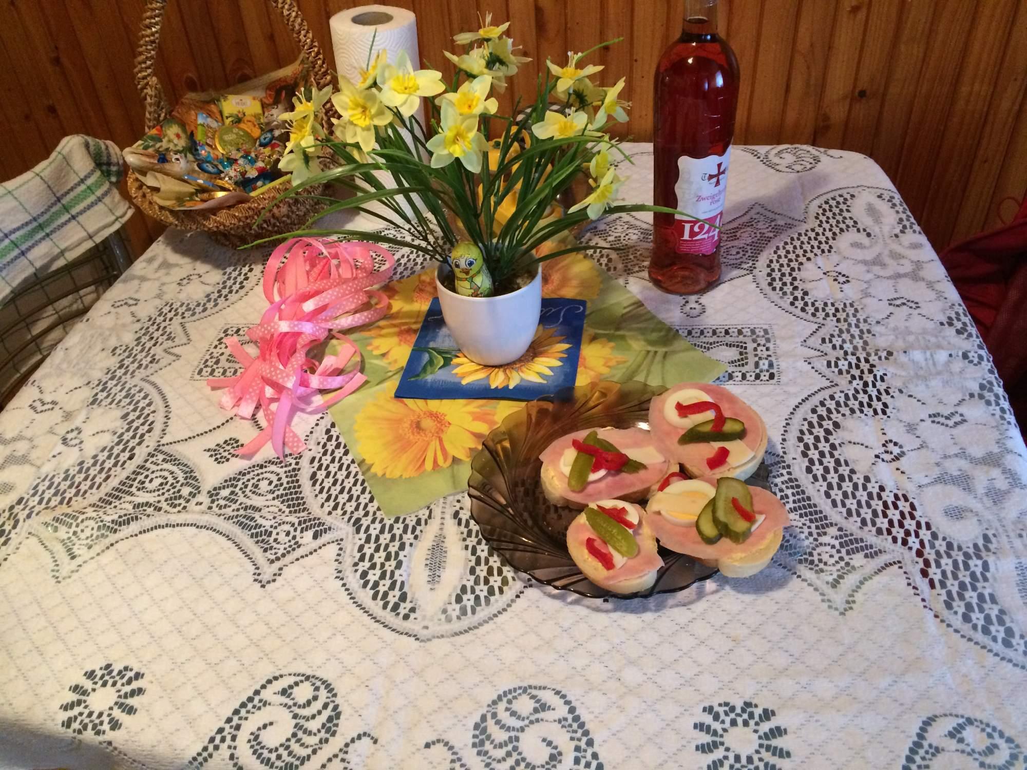 Prichystaný stôl pre šibačov, chlebíčkami sa občerství každý