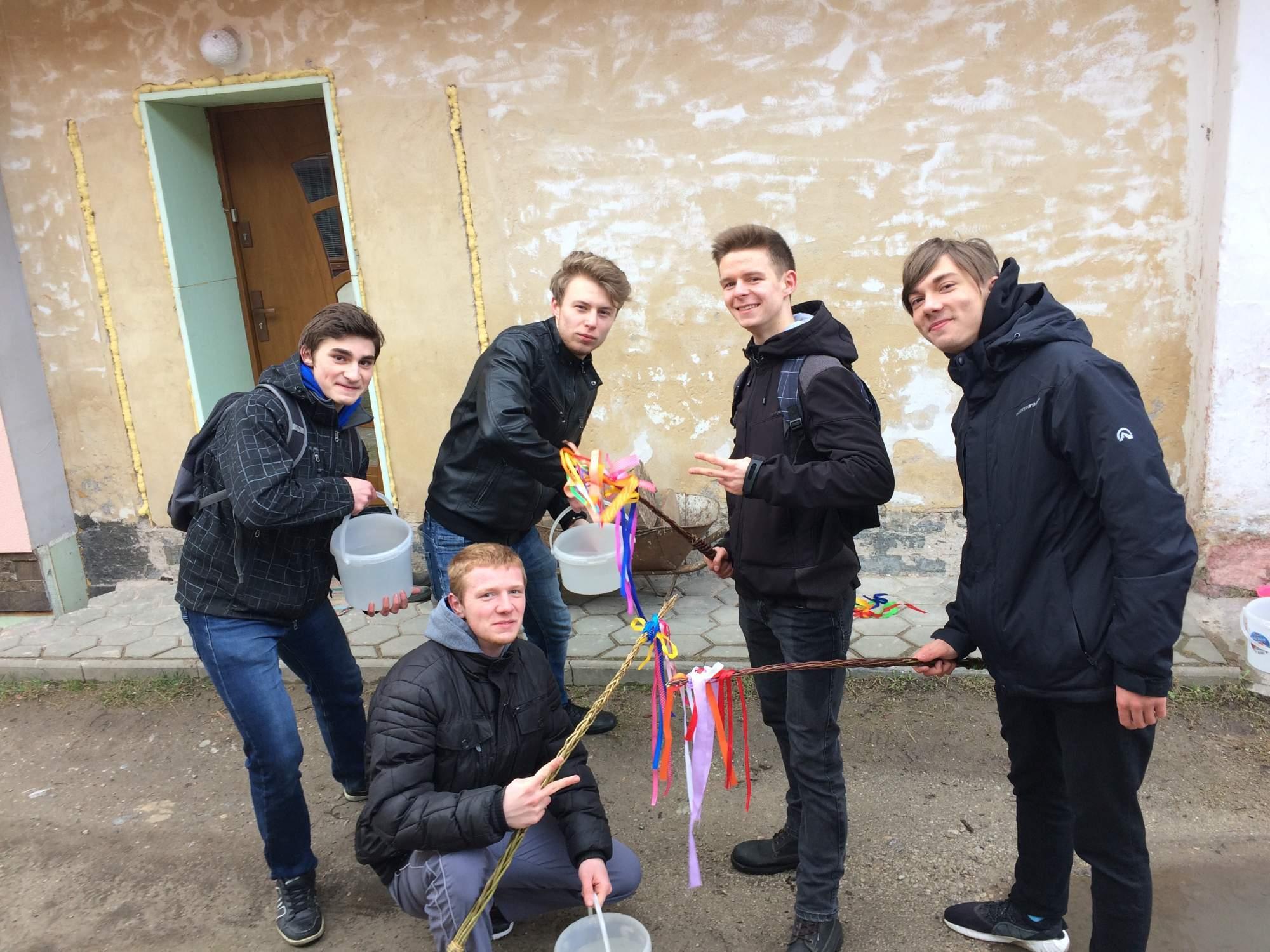 Partia mladíkov navšetvovala bývalé spolužiačky