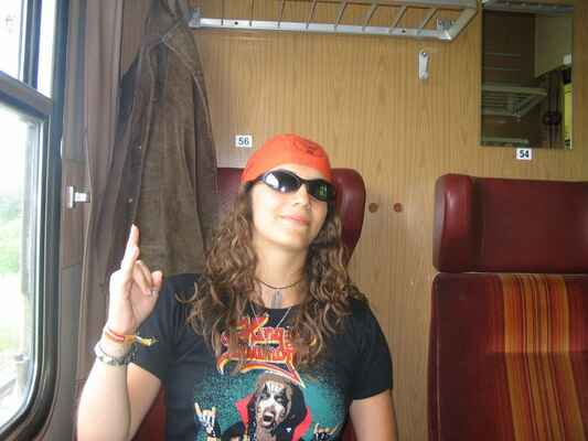 A vše jako vždy začíná ve vlaku...Lenka se snaží tvářit stylově