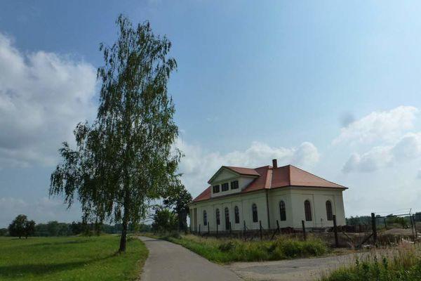 Zámeček Lány - Lednicko - Valtický areál je skutečně veliký. Nachází se v moravském luhu a k zámečkům Lány a Pohansko je potřeba se vydat jižním směrem od Břeclavi, nejlépe na kole, protože je to odevšad daleko.