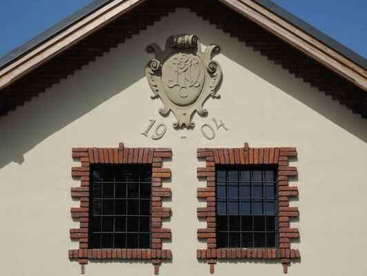 První zmínky o sklářství v Sázavě sahají až do 12. stol. Za novodobým sklářstvím v Sázavě ale stojí rodině Kavalierů. Osadu Na Kácku založil nad stejnojmenným sázavským mlýnem František Kavalír (Kavalier, 1796–1853), který mlýn a přilehlé pozemky zakoupil roku 1835. Nad mlýnem a v okolí huti začaly vyrůstat obytné domy pro skláře, zřetelně budované podle jednotného konceptu. S rozvojem sklárny se rozrůstala celá osada, kterou doplňovaly nové objekty, situované směrem k jihu a východu od původní osady. Město se s pomocí evropských peněz snaží čtvrť revitalizovat.