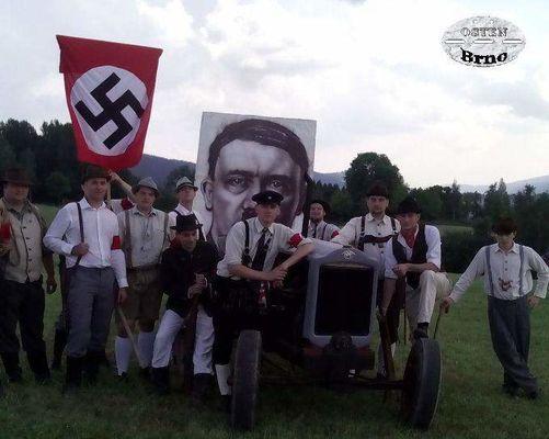 Příslušnici ozbrojených složek Freikorps pod vedením politického pracovníka NSDAP