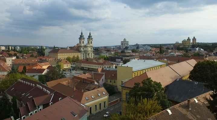 """město eger je jedním z vinařských center v severním maďarsku, pochází odtud populární """"egri bikavér""""..."""