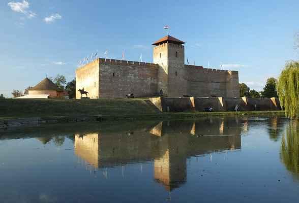 v gyule je údajně nejstarší zachovalý cihlový hrad nejen v maďarsku, ale v celé střední evropě...