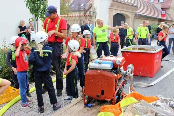 Příprava na vystoupení oddílu mladých hasičů k předvedení požárního útoku, družstva přípravka (do 6. let), mladší žáci (do 10. let), starší žáci (do 15. let)