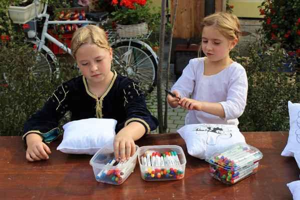 Malování dětí na polštářky