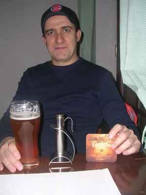 Ohříváček na pivo - pro ty, kteří raději méně vychlazené pivo. Dříve byli ohříváčky běžnou součástí každé správné hospody. Řada pivařů byla vybavena ohříváčkem vlastním, ale hospody jich mívaly vzásobě také celou řádku nejen pro své štamgasty. Tento vynález je kdostání idnes. Ve svém sortimentu jej mají některé pivovary, mnohdy vluxusní dárkové sadě. Pořizovací cena tohoto výdobytku však není zrovna lidová. Do ohříváčku se nalije horká voda a ohříváček se zavěsí do sklenice s pivem. S ohříváčkem na pivo jsem se pouze nechal vyfotit, preferuji studené pivo. V Karvinském pivovaru při restauraci Ovečka v Karviné-Ráji. Larische světlý ležák 11°