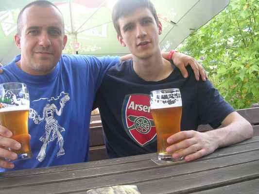Junior fandí (stejně jako já) anglickému fotbalovému týmu ARSENAL LONDÝN! COYG! Koštujeme Larische 11° na zahrádce restaurace Ovečka v Karviné-Ráji.