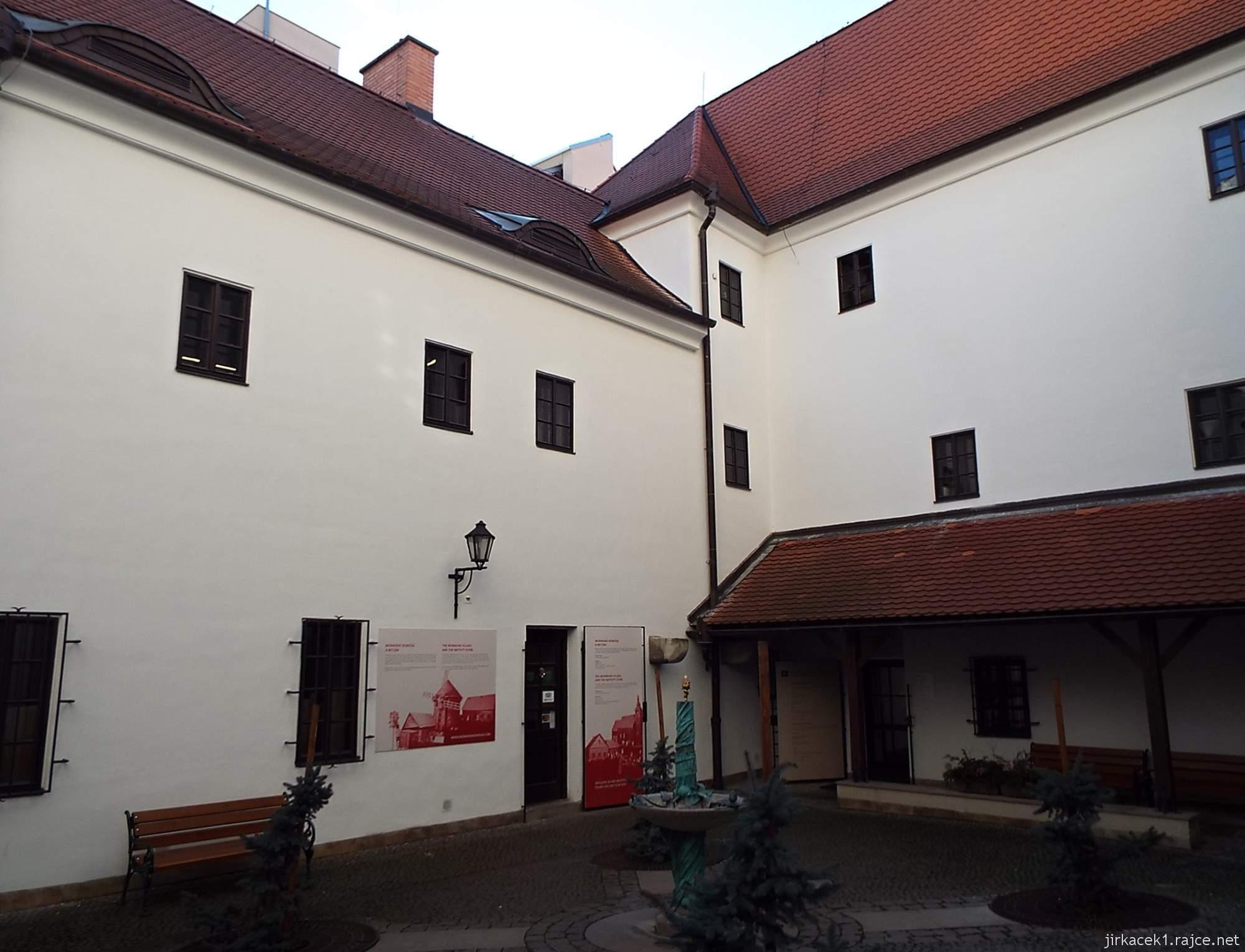 Brno - Kostel Nalezení sv. Kříže a kapucínská hrobka - nádvoří
