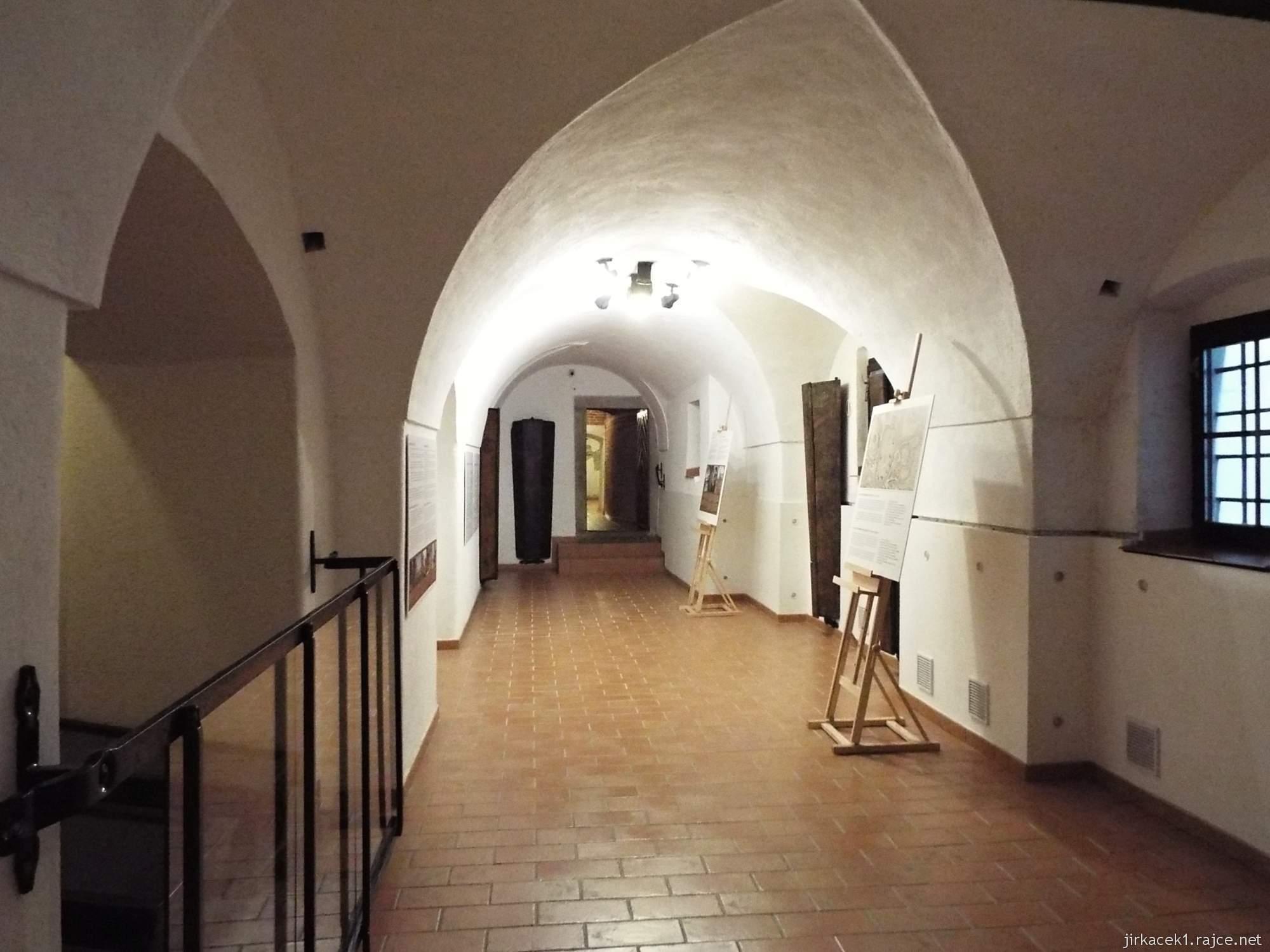 Brno - Kostel Nalezení sv. Kříže a kapucínská hrobka - chodba s výstavou o pohřbívání a mumiemi rodiny Grimmovy