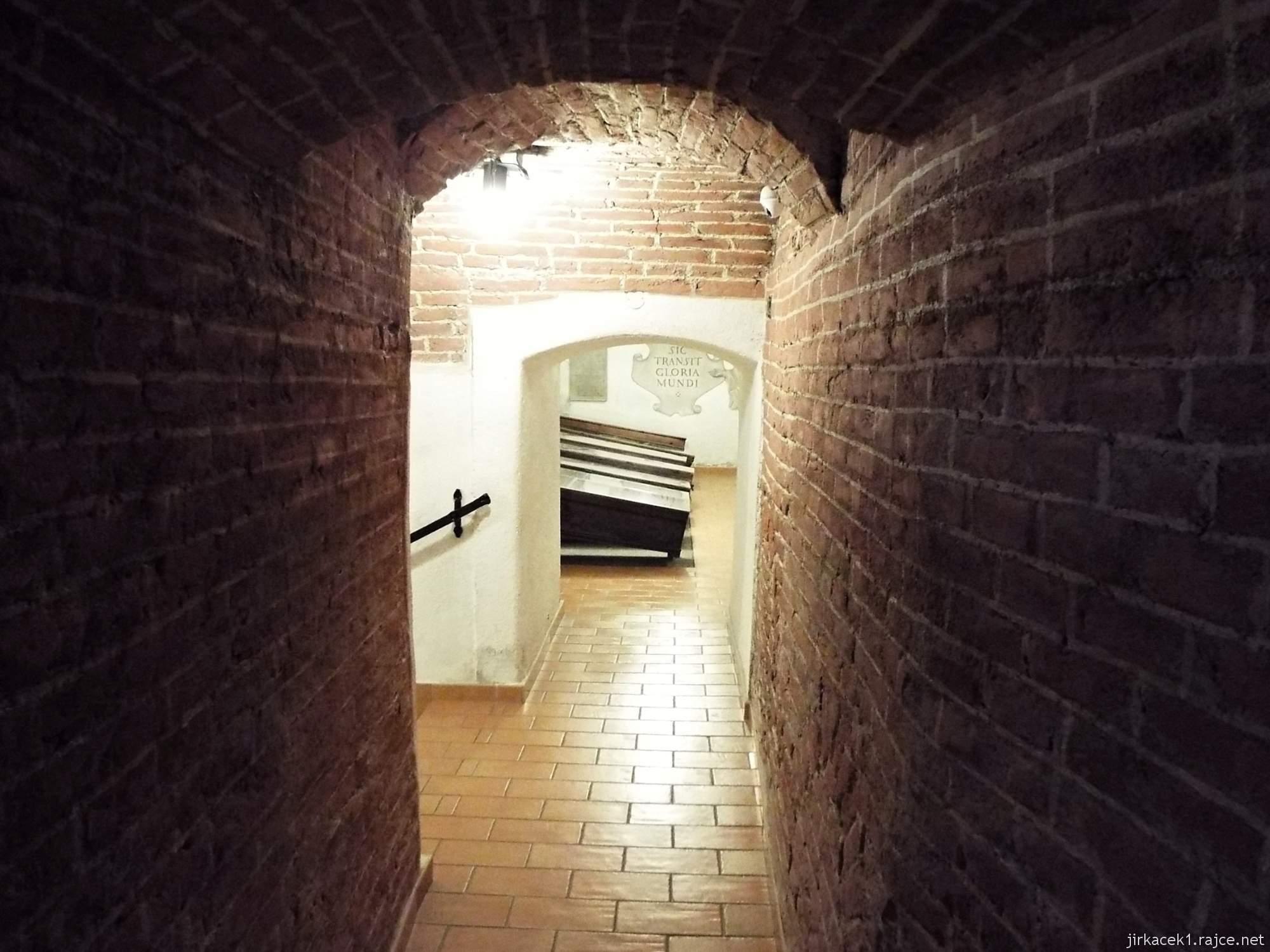 Brno - Kostel Nalezení sv. Kříže a kapucínská hrobka - průchod do hrobky dobrodinců z řad šlechty