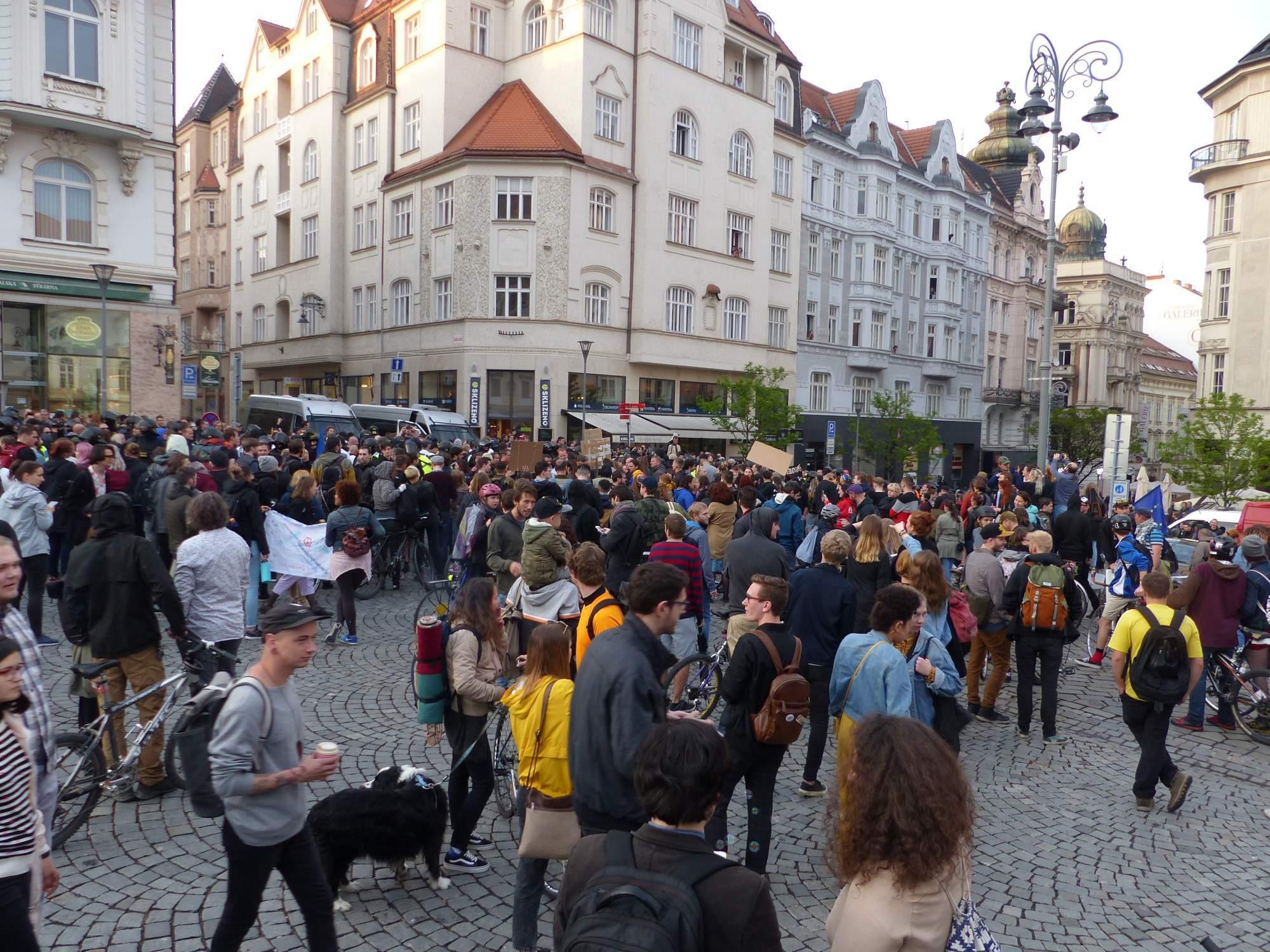 Demonštrantov z oboch táborov bolo dohromady stovky. Foto: Diana Huslíková