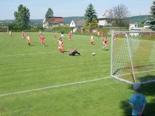 P5210277 - Tomáš sice dává hezky vedle brankáře, ale míč zase minul branku, stále 0:0