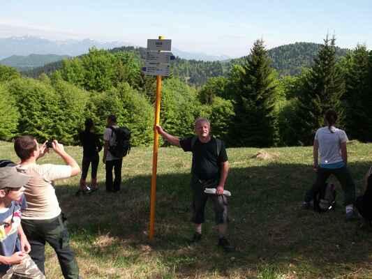 """""""medzistanica"""" Grúň, 975 m. - Vyrážali sme z Jasenskej doliny, trasa viedla po modrej značke lesom, dosť náročným stúpaním, ale zväčša pod tieňom stromov, takže aspon na nás nepieklo slnko.. Toto ešte nie je vrchol, iba oddychová """"medzistanica, to najťažšie stúpanie pred vrcholom nás ešte len čakalo.."""