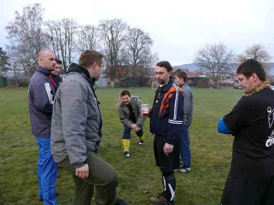 Příprava - Před prvním zápasem je samozřejmá příprava. Někdo se rozcvičuje, někdo si dá pivo a cígo...