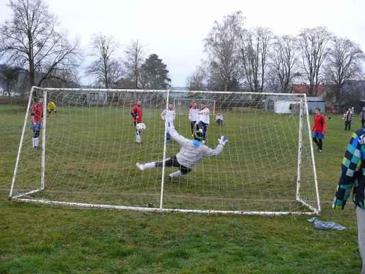 Penalta Kazína - Honza Vlček (Kazín) snižuje z penalty na 1:2, konečný výsledek byl 2:3
