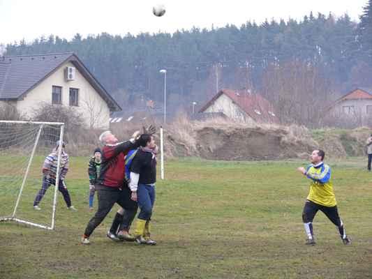 """Parcelona - Ptáci - Brankář Parcelony Honza """"Krbec"""" Kerbach se snaží dostat k míči"""