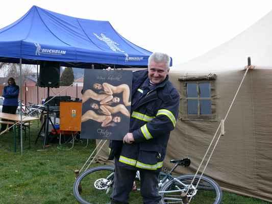 Poděkování hasičům - Starosta hasičů Karel Krůta s kalendářem Miss hasička, který hasiči dostali jako symbolické poděkování za organizaci zázemí turnaje