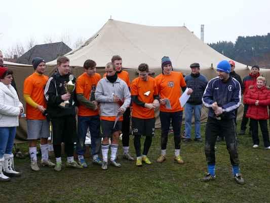 1. místo Lipe Boys - Vítězný tým Memoriálu Pepy Vejvody - Lipe Boys. Zcela vlevo sestra zesnulého Pepy Vejvody Ema, která předávala pohár