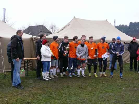 Vítězný tým - Vítězný tým těsně před vystřelením špuntu z láhve sektu