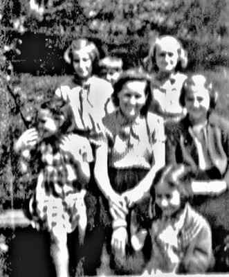 Maminka, coby vedoucí Družiny mládeže, s děvčaty na vycházce