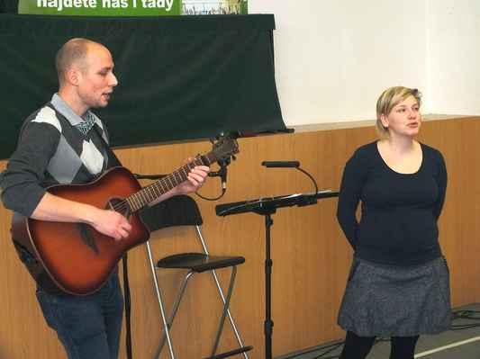 S kytarou Michal Knödl, zpívá Ivana Voříšková. 3. 12. 2016