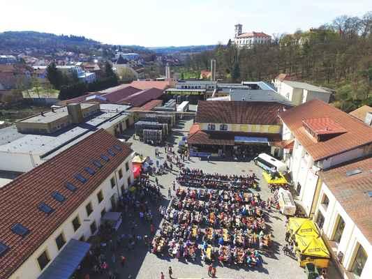 Zahájení turistické sezóny v Moravském krasu a okolí 2. 4. 2017. Zcela zaplněný dvůr Pivovaru Černá Hora. V pozadí místní zámek