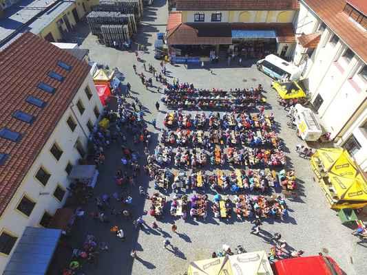 Zahájení turistické sezóny v Moravském krasu a okolí 2. 4. 2017. Zcela zaplněný dvůr Pivovaru Černá Hora