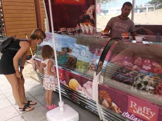 Pája zbouchala 400 gramů zmrzliny. Modré! Bubble gumové!