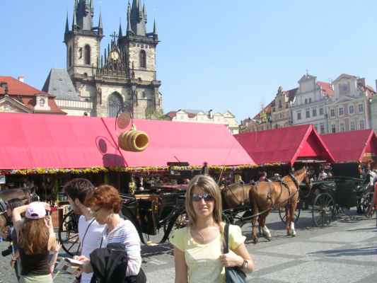 Staroměstské náměstí v Praze, v pozadí Týnský chrám.
