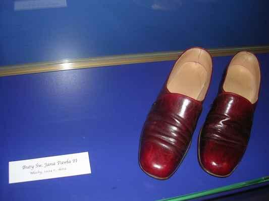 V Těšínském muzeu (bývalý Larischův  palác) mají boty papeže Jana Pavla druhého.